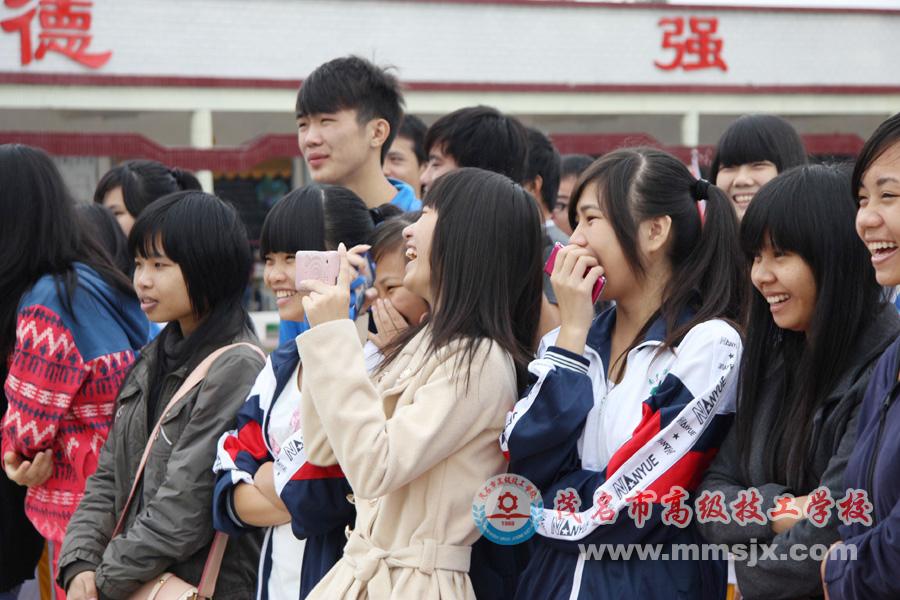 观赛同学欢声笑语