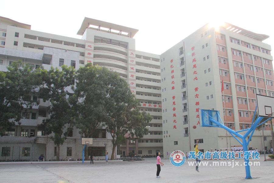学校教学楼、宿舍楼、篮球场