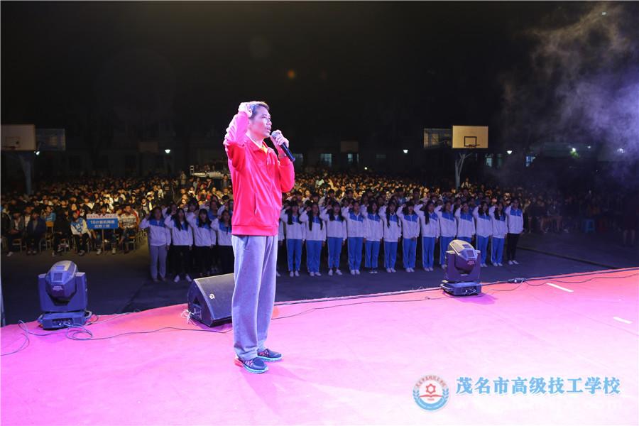 校团委书记带领新团员代表进行入团宣誓