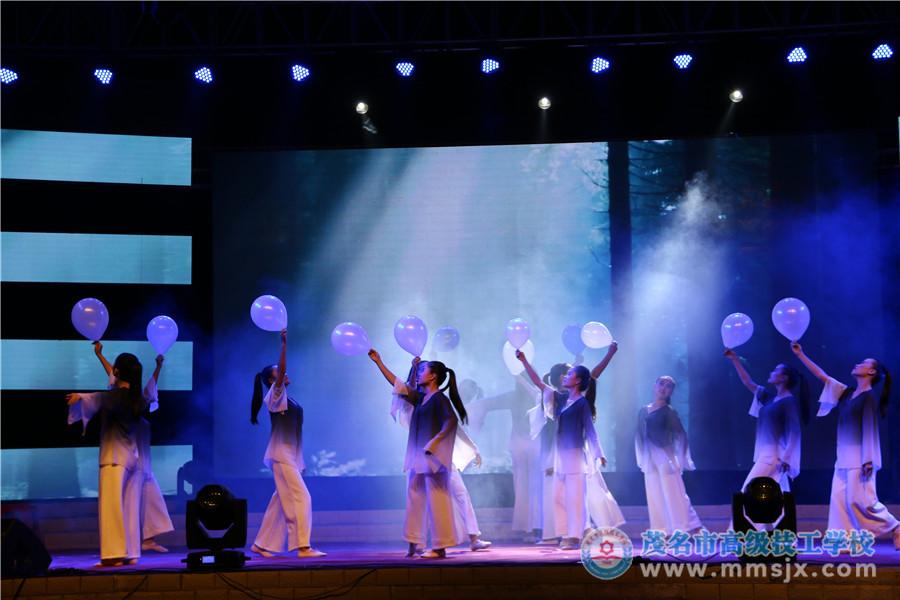 省二等奖舞蹈《呼唤蓝天》(表演:15幼师)